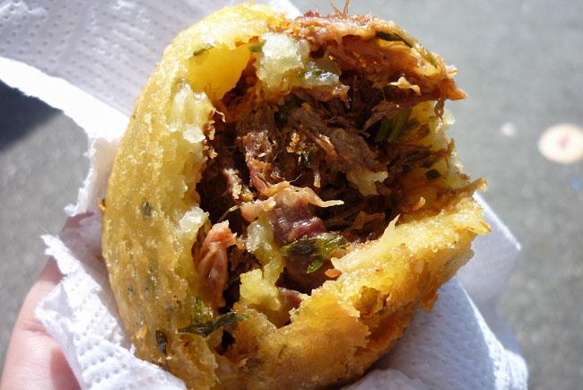 Comidinhas: bolinho de aipim com carne de sol