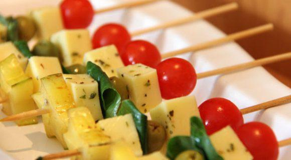 Espetinho gourmet com tomate cereja e manjericão