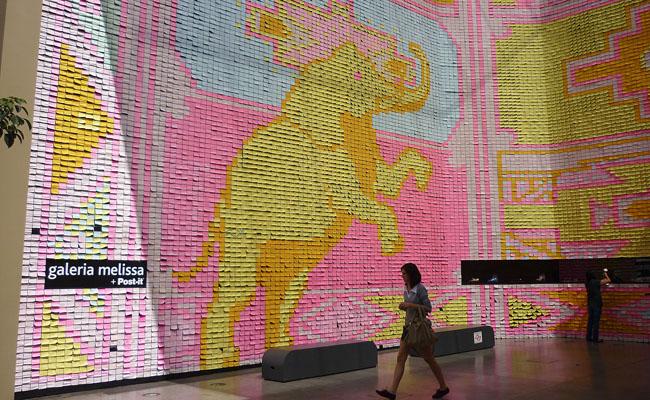 Galeria Melissa: fachada vira obra de arte feita de post-it