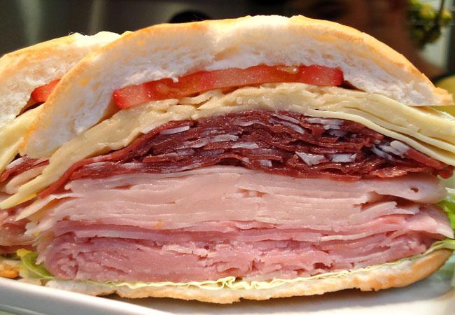 Tradicional sanduíche de mortadela do mercadão de São Paulo ganha novos ingredientes