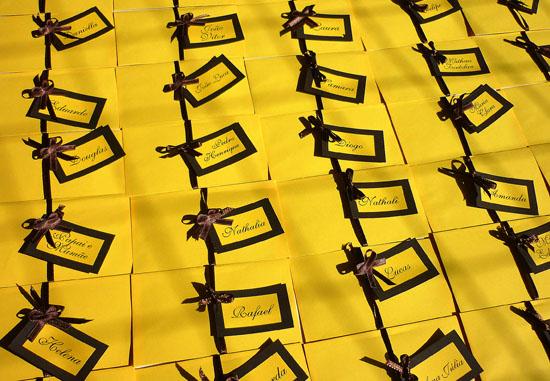 Festa da Abelhinha: convite amarelo e marrom