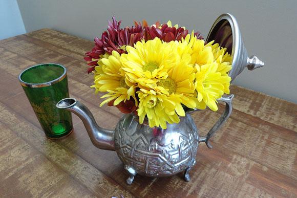 Use recipientes da sua cozinha para criar vasos com delicados arranjos de flores