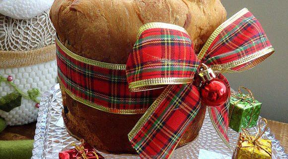 Panetone decorado com fitas natalinas iluminam a festa