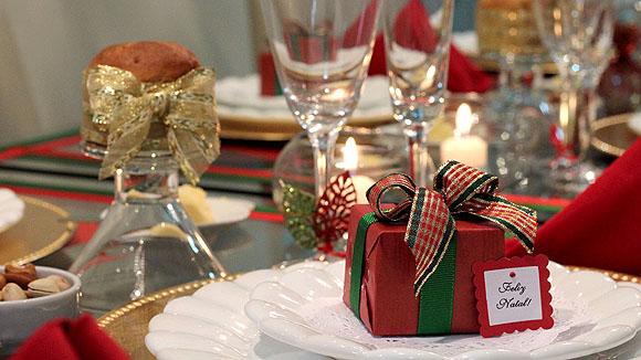 decoracao festa natal:Mesa de Natal: decoração simples e barata nas tradicionais cores