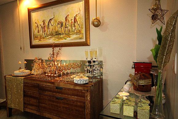 Mesa de Natal Decoracao Barata Dourada Montada no Buffet Aparador