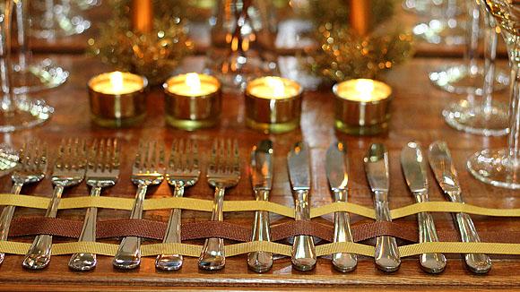 Mesa de Natal: decoração dourada usando louças e enfeites que você tem em casa