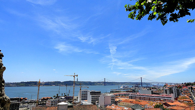 Lisboa bairro a bairro Bairro Alto Miradouro de Santa Catarina Rio Tejo