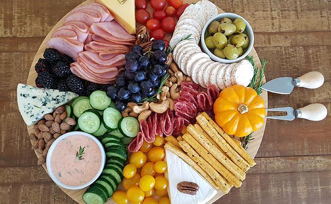 Tábua de frios, frutas e castanhas: como montar e servir em reuniões informais