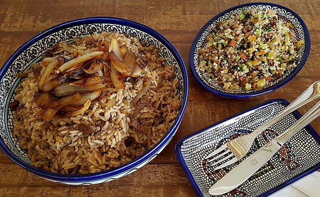 Almoço árabe: arroz sírio com tiras de carne e tabule de quinoa