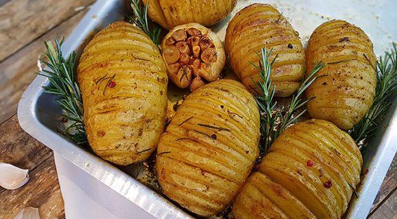 Batatas Hasselback: a receita de origem sueca direto para sua mesa